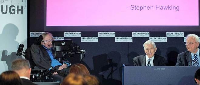 Stephen Hawking lors d'une conférence de presse à Londres le 20 juillet avec l'entrepreneur russe Yuri Milner.