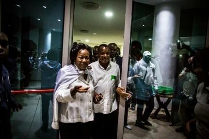 Le président réélu du Congo Denis Sassou Nguesso (D) avec son épouse Antoinette (G) à Brazzaville le 24 mars 2016