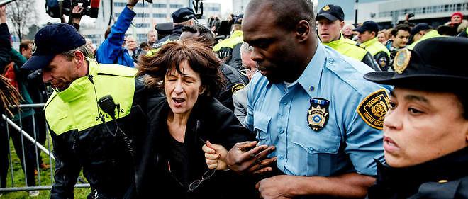 """L'arrestation de Florence Hartmann le 24 mars à La Haye. L'ancienne journaliste a été condamnée à payer une amende de 7 000 euros au TPIY, ce qu'elle avait refusé de faire. En se rendant à La Haye, elle a permis au TPIY de se faire """"justice""""."""