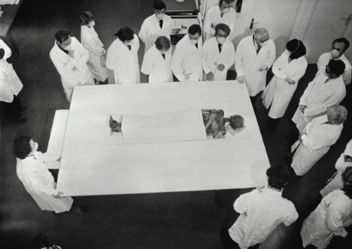 Alice Saunier Séité (D), secrétaire d'Etat aux Universités, se rend le 12 novembre 1976 au chevet de la momie de Ramsès II, au Musée de l'Homme à Paris ©  AFP/Archives