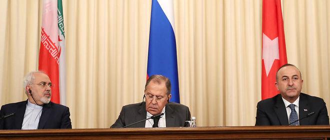 À Moscou, le ministre russe des Affaires étrangères Sergueï Lavrov, entouré par ses homologues iranien Javad Zarif et turc Mevlüt Cavusoglu .