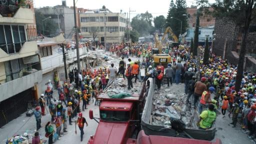 Des secouristes recherchent des survivants dans les décombres des immeubles après un séisme à Mexico, le 20 septembre 2017 © Mario VAZQUEZ AFP