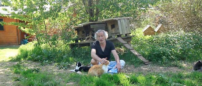 le veterinaire Thierry Bedossa dans son refuge de Cuy-Saint-Fiacre