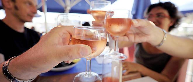 De fausses informations étaient distillées sur les bouteilles de rosé afin de piéger les consommateurs peu attentifs.