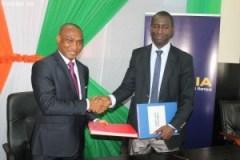 Le Secrétaire général du Groupe NSIA, Guy Abby Noguès (à G) et le président de l'UNJCI, Traoré Moussa (à D) après la signature de protocole de sponsoring (Ph :Dr)