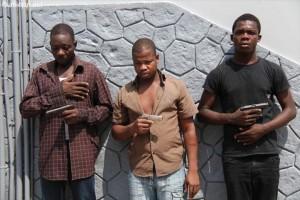 La Police met fin au parcours de grands bandits armés Jeudi 23 Janvier 2013. Abidjan Plateau. les services de la Police criminelle ont présenté des bandits impliqués dans les homicides du sergent chef de Police Camara Ahamadou et celui de N`da Ange, agent dans une société d`assurance (Ph: Dr).