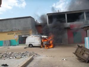 Une vue du véhicule en train d'être consumé par l'incendie (Ph: notre photo)