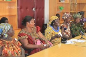 Mme Gayé (mouchoir à la main) et certaines femmes au cabinet de Anne Ouloto (Ph: Dr)
