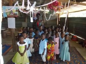 LA DIRECTRICE DE LA MATERNELLE GOKY AMENAN LYDIE AU MILIEU DES ENFANTS (PH: DR)