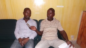 M. Roger Youan à gauche répondant aux questions de Konaté Idriss