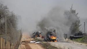 Des véhicules en flamme, à proximité du village de Ghajar, à la frontière israélo-libanaise, le 28 janvier 2015.