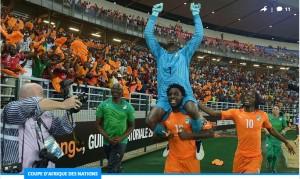 Copa Barry porté en triomphe par Bony Wilfried après le but du sacre (Ph:Dr)