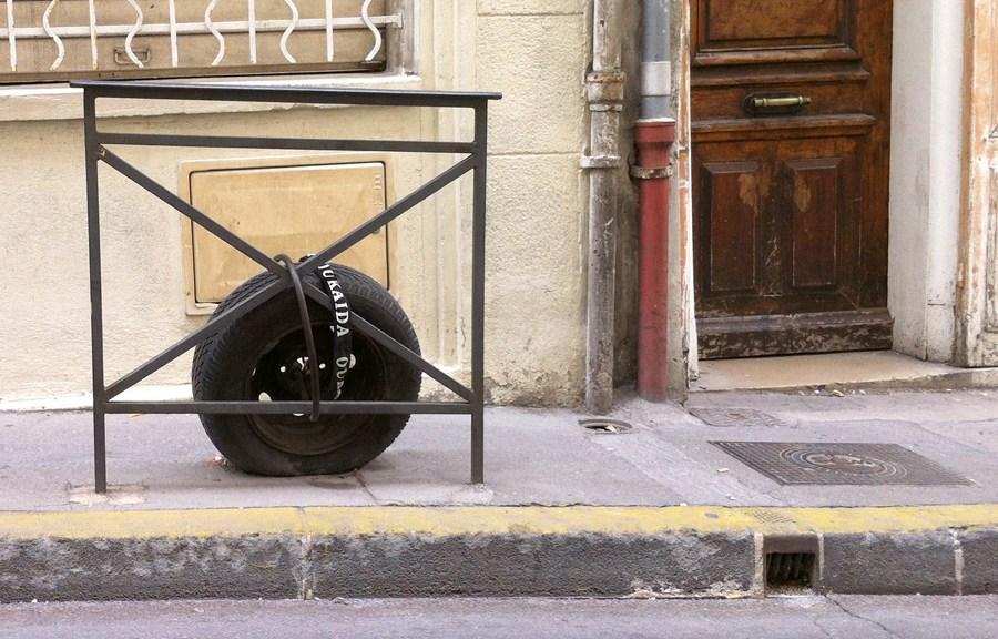 Une roue solidement attachée dans une rue.