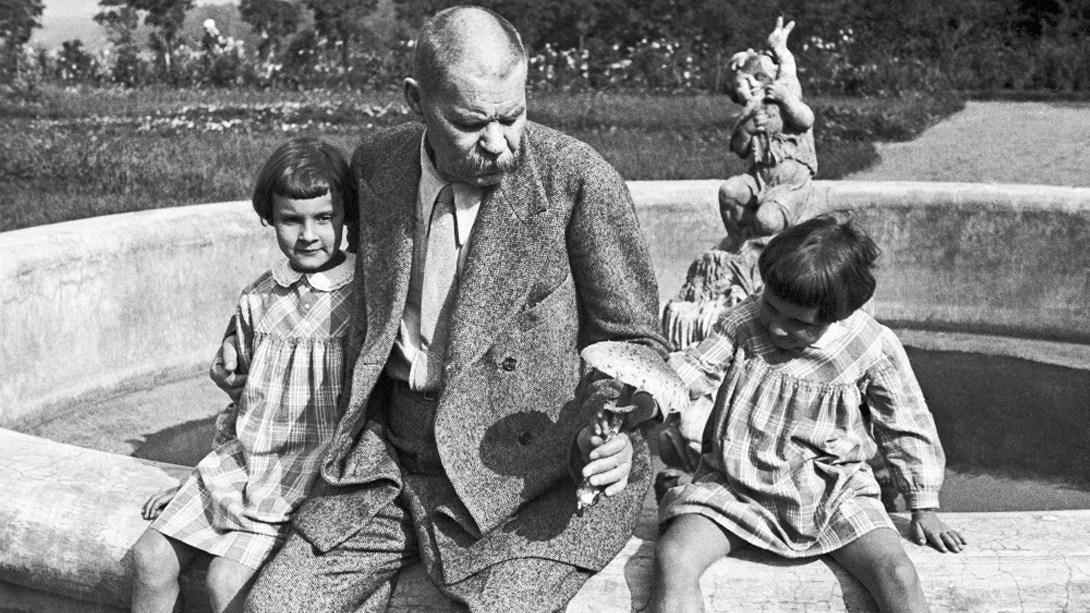 М.Горький скармливает своим внучкам ядовитый гриб, 1932 год