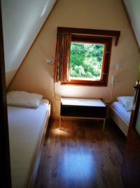 slaapkamer met twee aparte bedden