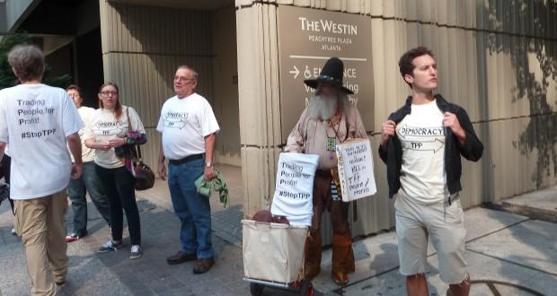 Des manifestants contre le traité ont pris place à Atlanta devant l'hôtel où ont eu lieu les négociations entre les ministres du Commerce des douze pays concernés. (photo AFP)