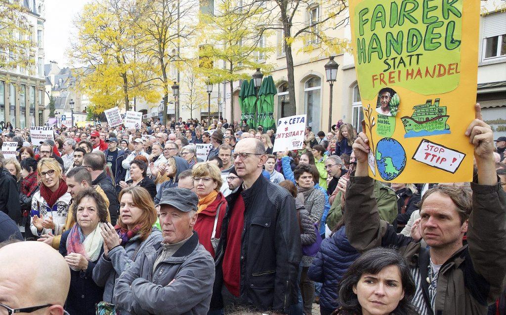 Le 10 octobre 2015, plusieurs centaines de manifestants étaient réunis place Clairefontaine, à Luxembourg, contre le TTIP et le CETA. Une nouvelle manifestation aura lieu samedi. (archives Editpress/Jean-Claude Ernst)