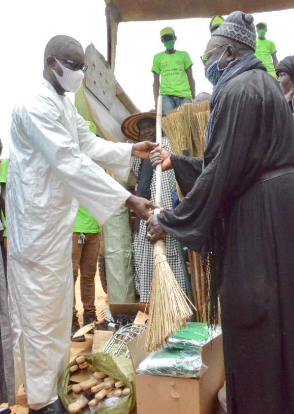 Le Ministère de l'Urbanisme remet du matériel de nettoiement pour le Magal (Photos)