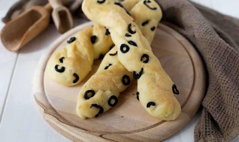 Trecce di pane soffici alle olive nere