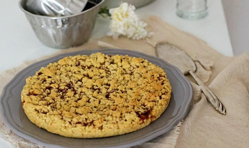 Torta sbriciolata alla crema al latte e marmellata