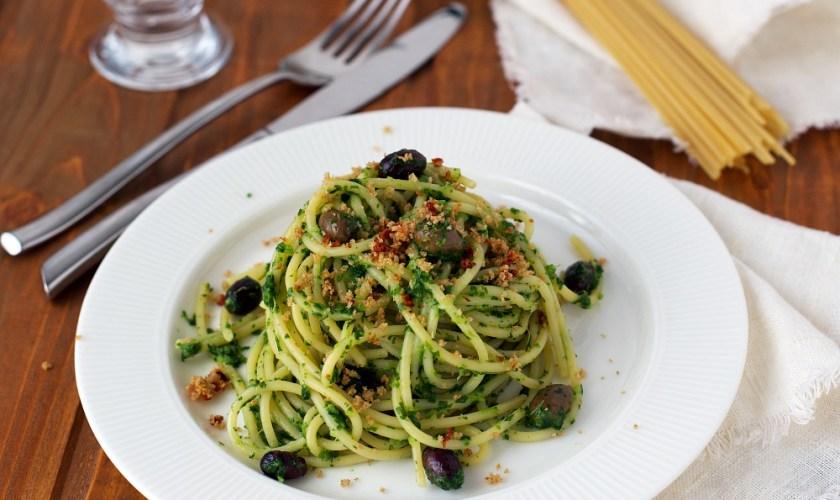 Pasta al pesto di cime di rapa, olive e mollica croccante