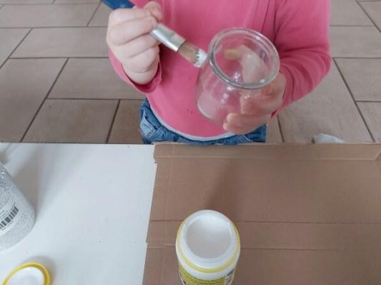 mettre le vernis colle sur les pots en verre