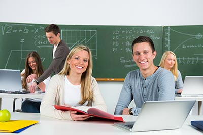 Schüler greifen auf Ressourcen beim Lernen zurück