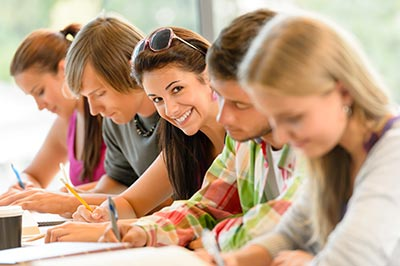 selbstbewusste Studenten in der Prüfung