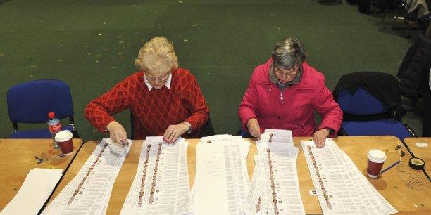 Le comptage des voix en Irlande, ce week-end. Le gouvernement a été durement sanctionné. (Crédits : Reuters)