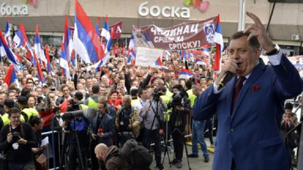 Le premier ministre Milorad Dodik prend la parole à un meeting pré-victoire à Banja Luka, capitalede facto de la Republika Srpska