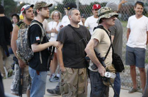 Des hommes en armes près du lieu d'un meeting de campagne de Donal Trum à Dallas (Texas) le 16 juin 2016. © REUTERS - Brandon Wade