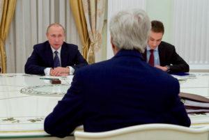 Le secrétaire d'État américain John Kerry écoute le président russe Vladimir Poutine dans une salle de réunion du Kremlin, à Moscou, Russie, au début d'une rencontre bilatérale, le 14 juillet 2016. [State Department Photo]