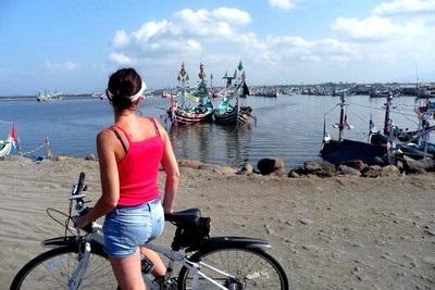 Bali plage : l'ouest, Negara, Medewi, Gilimanuk. Un port dans l'ouest