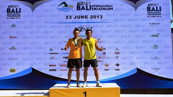 Triathlon sprint, compétition du calendrier 2013 à Bali Indonésie Thierry et son copain Wawan sur le podium