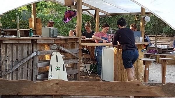 Vegan Surf Camp holidays dans les Landes : le bon plan. Le pub