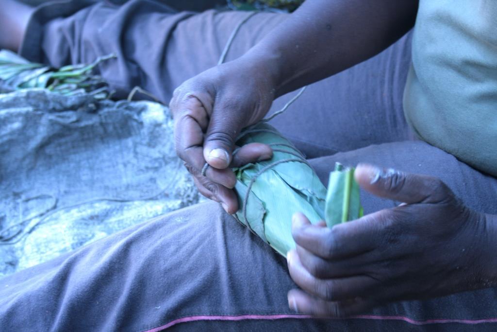 Emballage du bâton de manioc dans des feuilles