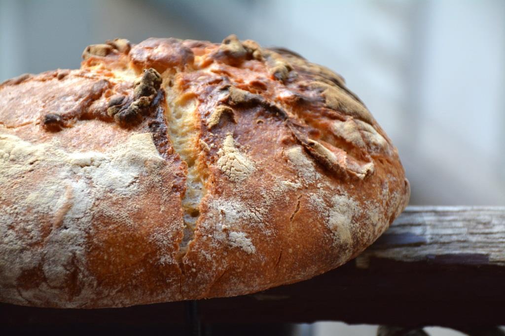 Mise en scène absurde de mon pain posé sur le balcon.