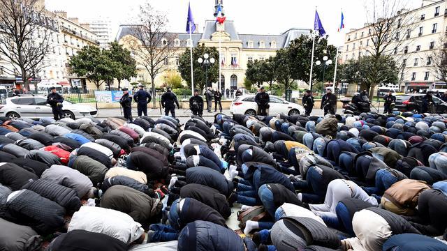 Alors que l'existence de tensions communautaires a été reconnue par Gérard Collomb lui-même, le journaliste Yves Mamou accuse les élites françaises de s'être coupablement désintéressées de l'immigration, et d'avoir fermé les yeux sur l'islamisation du pays.