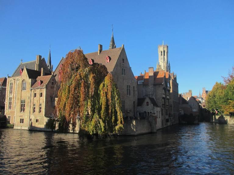 Rozenhoedkaai: vue carte postale de Bruges avec les canaux et le beffroi
