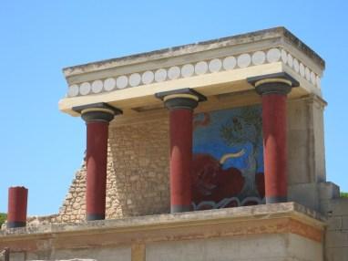 Les taureaux avaient un statut particulier dans la société minoenne, comme l'illustre la célèbre fresque en relief d'un taureau qui charge ornat le bastion ouest à colonnades du palais nord, qui abritait des ateliers et des entrepôts