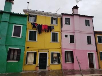 maisons colorées de Burano et le linge aux fenêtres