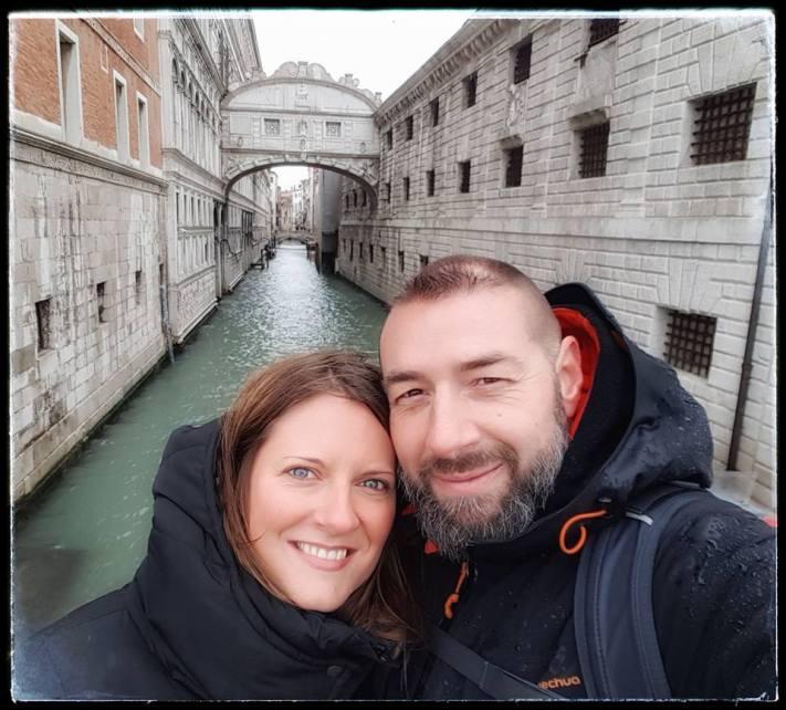les amoureux du monde devant le pont des soupirs - Venise