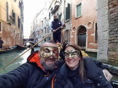 les amoureux du monde masqués en gondole à venise