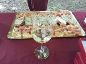 Pique nique vignerons devant la chapelle de Foncourrieu à Marcillac
