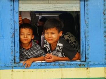 2 enfants dans le train de Yangon