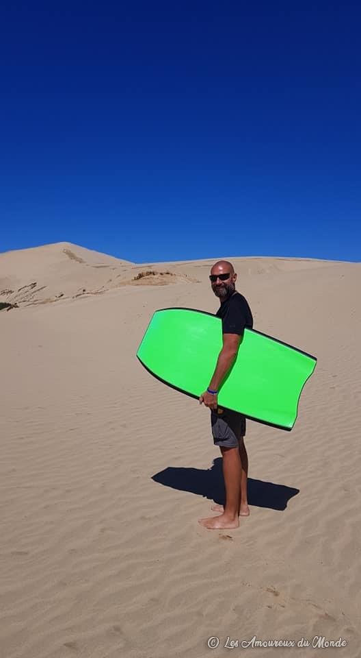 sandboard dans le désert de Te Paki au Cap Reinga en Nouvelle-Zélande
