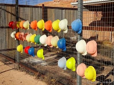 Casques pour descendre dans les mines à Coober Pedy - Australie