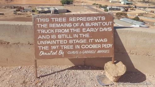 Légende la représentation du premier arbre de Coober Pedy