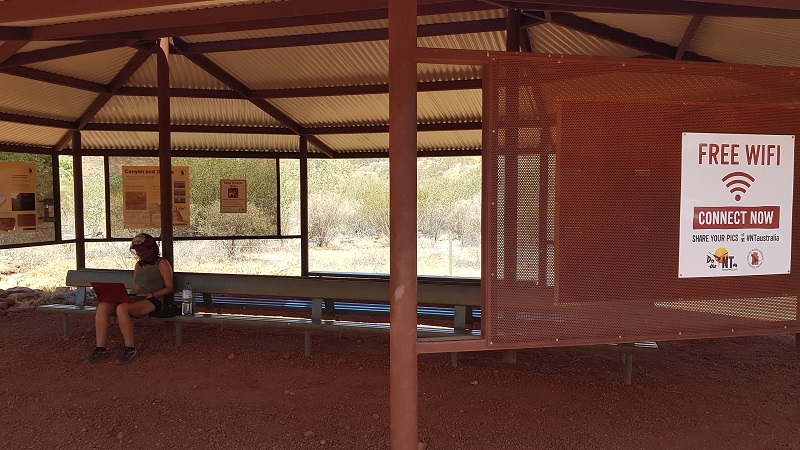 travailler avec un filet anti mouches à Kings Canyon en Australie