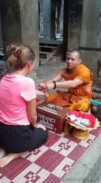 Bénédiction par un moine à Angkor Vat - Cambodge